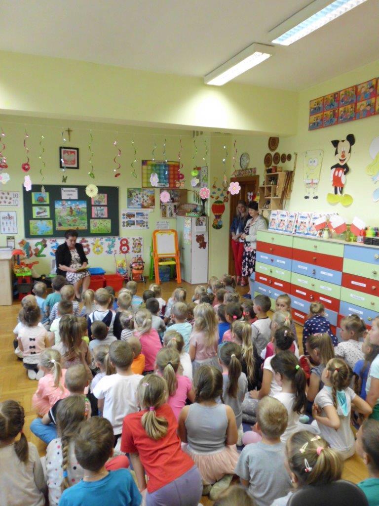 CZytanie przedszkolakom podczas akcji Doroścli Dzieciom