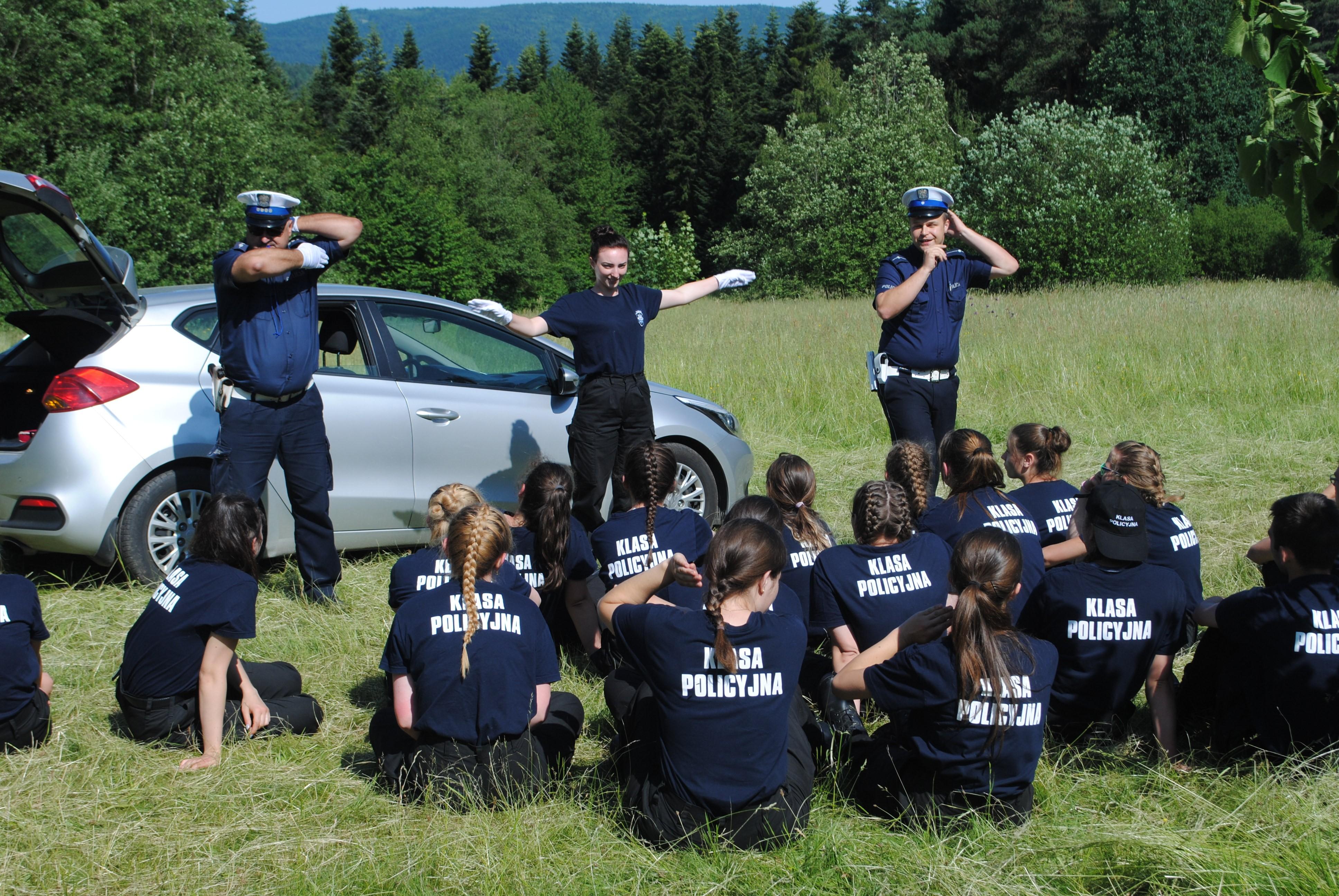 Młodzie z funkcjonariuszami policji podczas zajęć