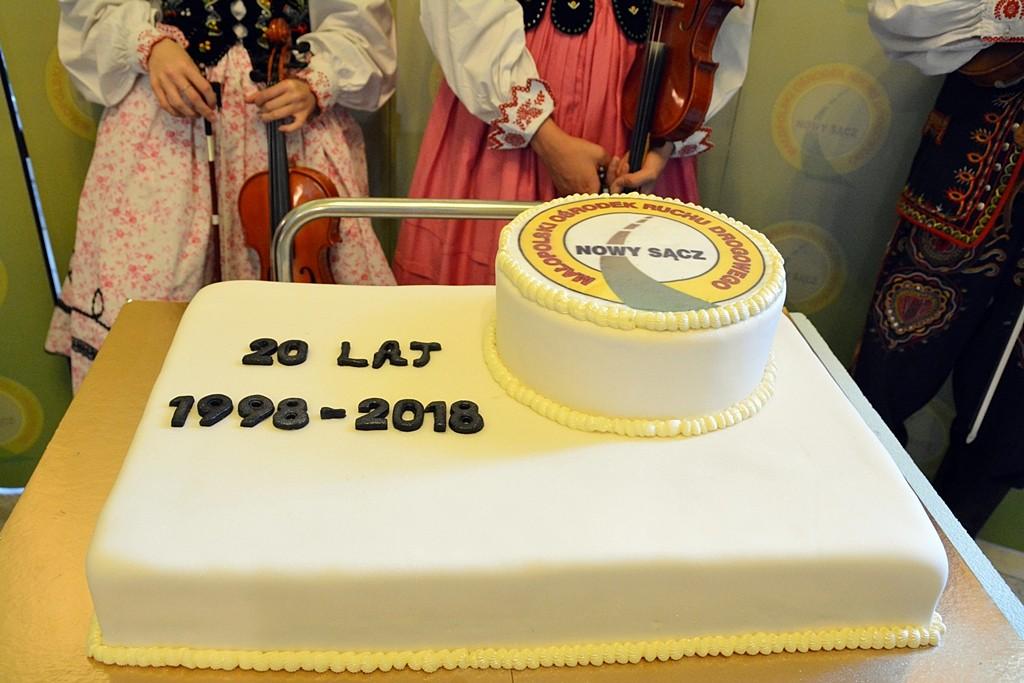 Zdjęcie tortu z okazji 20lecie Małopolskiego Ośrodka Ruchu Drogowego