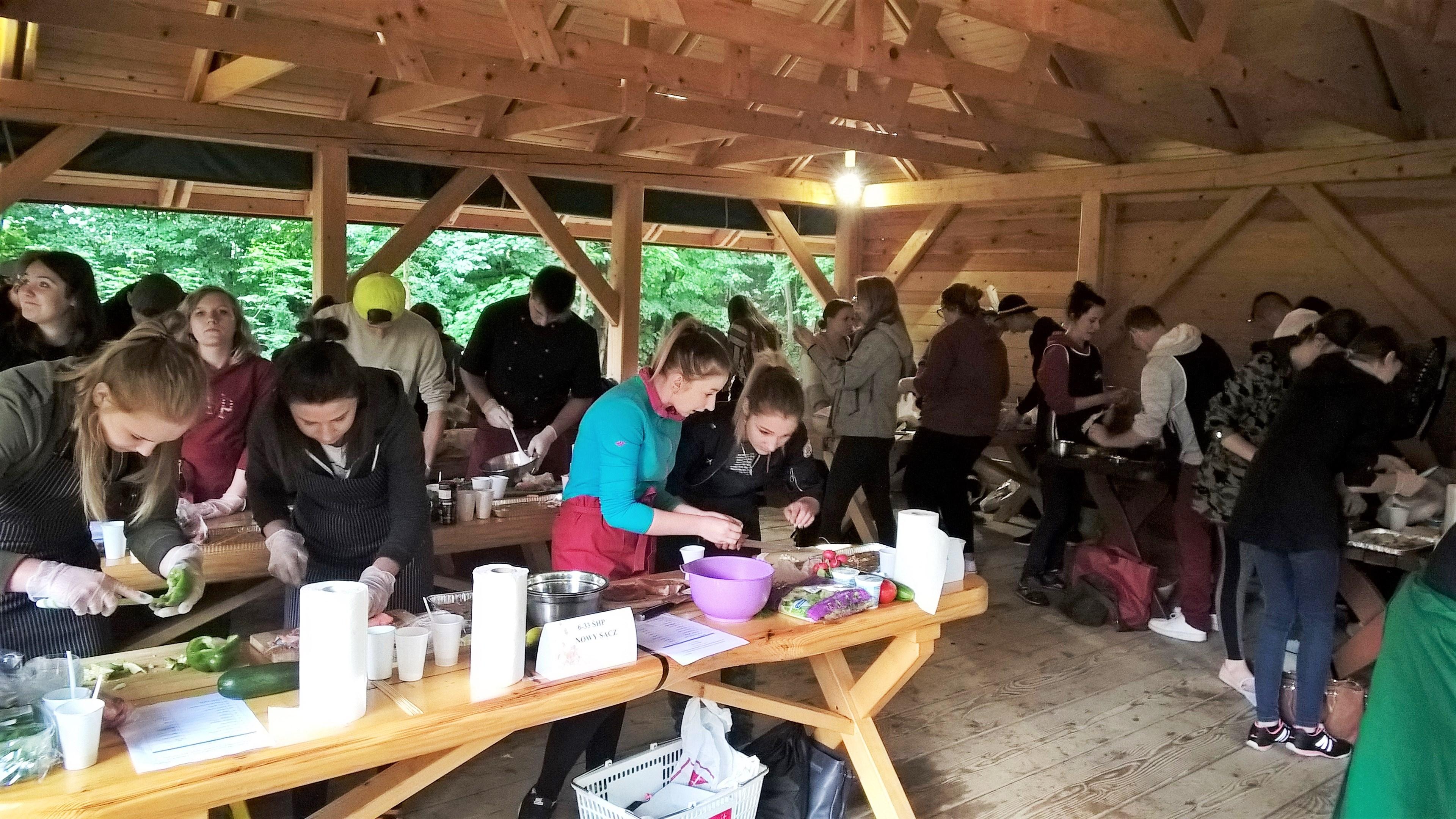 Fot.1,2 Uczestnicy konkursu podczas zmagań kulinarnych
