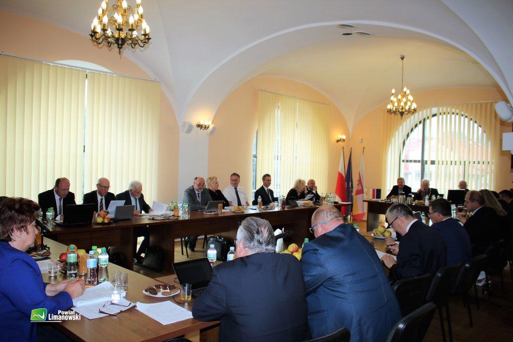 Radni Powiatu Limanowksiego podczas sesji