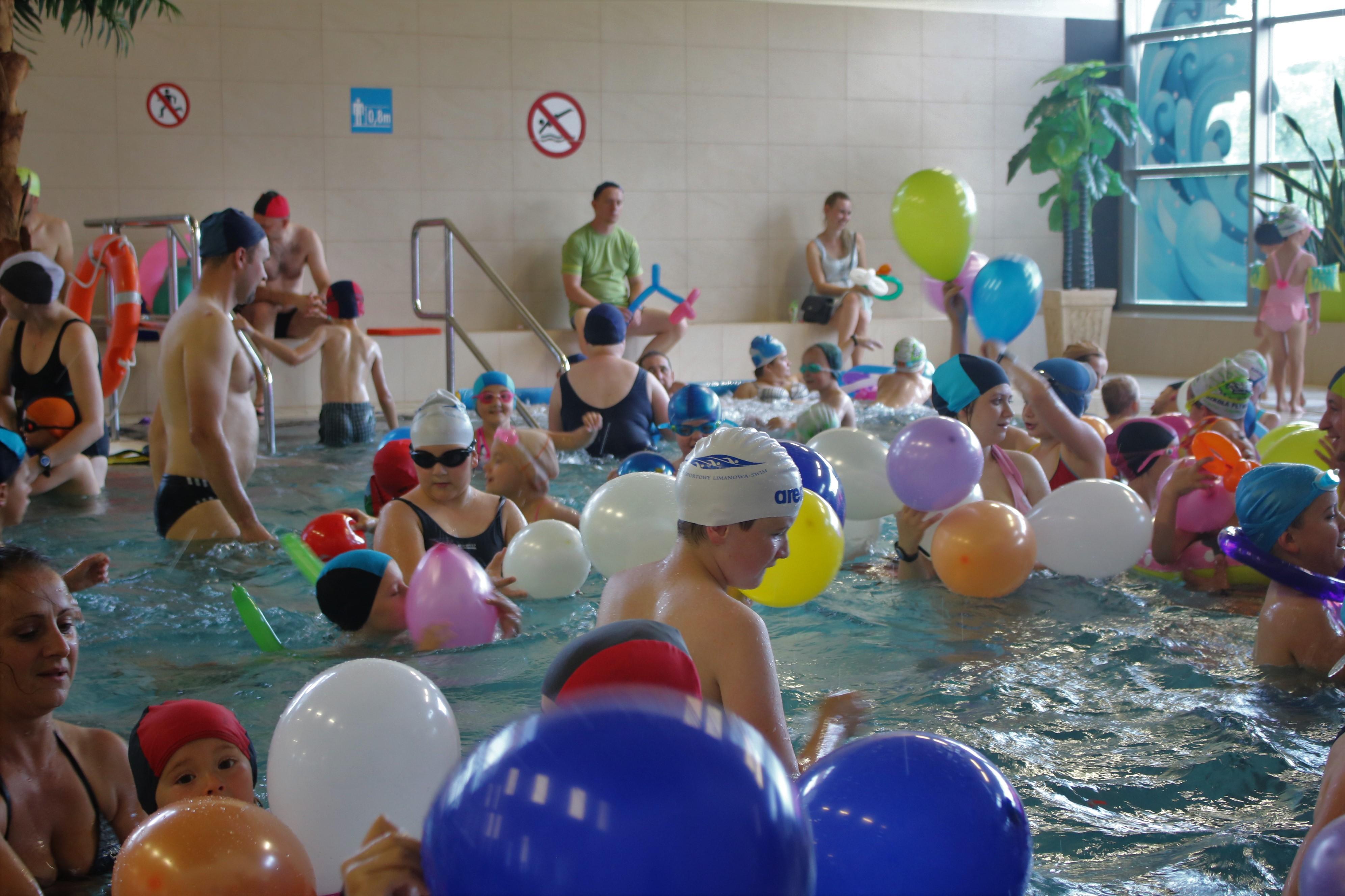 dzieci bawiące się balonami w wodzie na Pływalni Limanowskiej