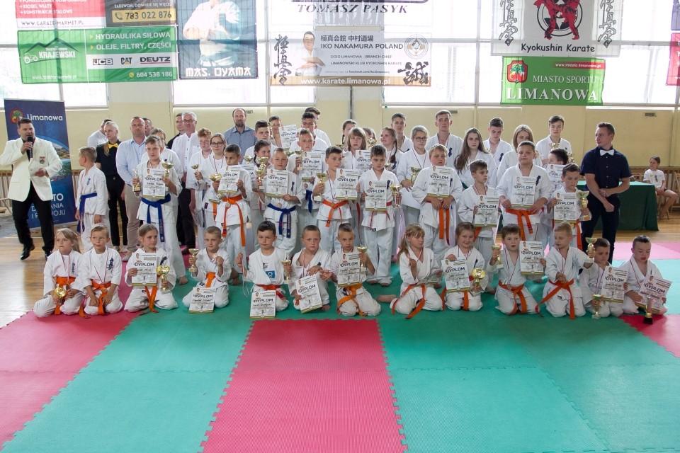 Grupowe zdjęcie uczestników turnieju