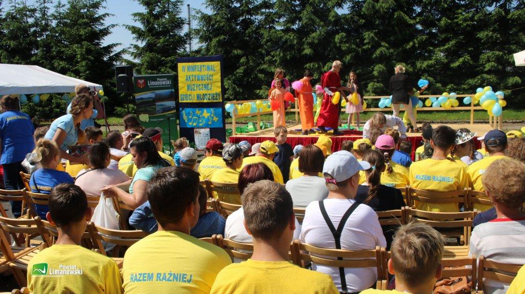 Piknik Razem Raźniej uczestnicy wydarzenia oglądają występ