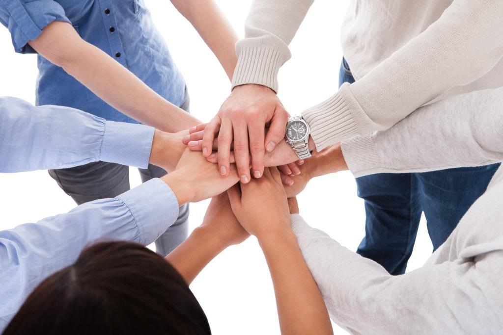 ręce złożóne w geście wsparcia
