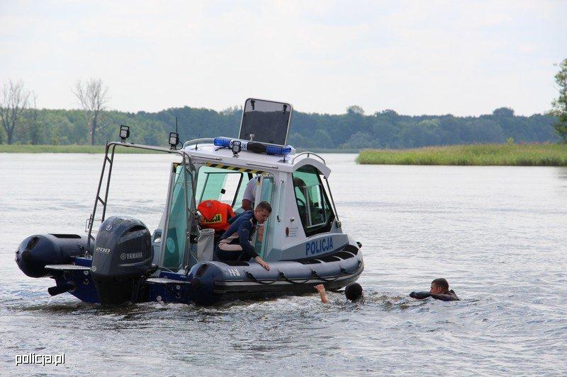 policyjna łódka ratunkowa na wodzie