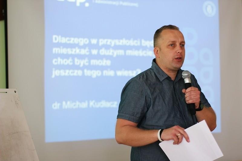 Wykładowca Uniwestytetu Ekonomicznego podczas wykładu dla uczniów ZS nr 1 Limanowa