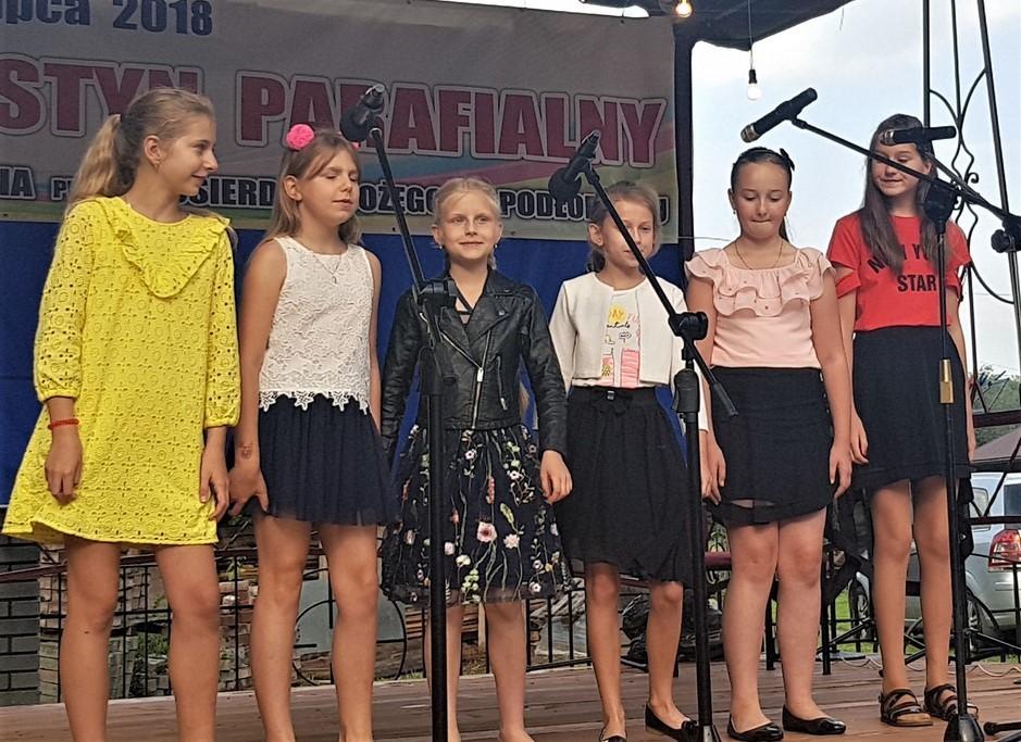 Występ dzieci podczas Festynu Parafialnego w podłopieniu