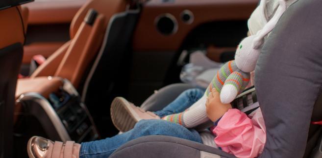 dziecko w foteliku w samochodzie