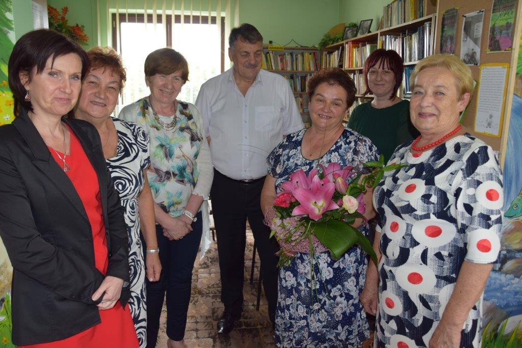 Wspólne zdjęcie z odchdzącą na emeryturę kierownik Gminnej Biblioteki w Mszanie Dolnej
