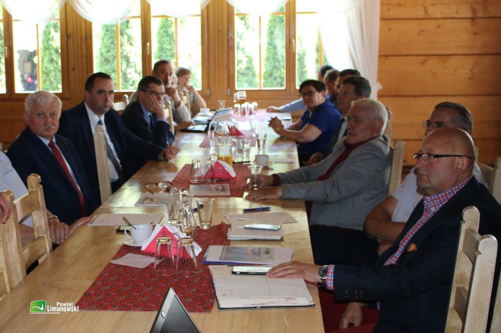 Starosta oraz wójtowie i burmistrz z terenu powiatu podczas Forum Wójtów i