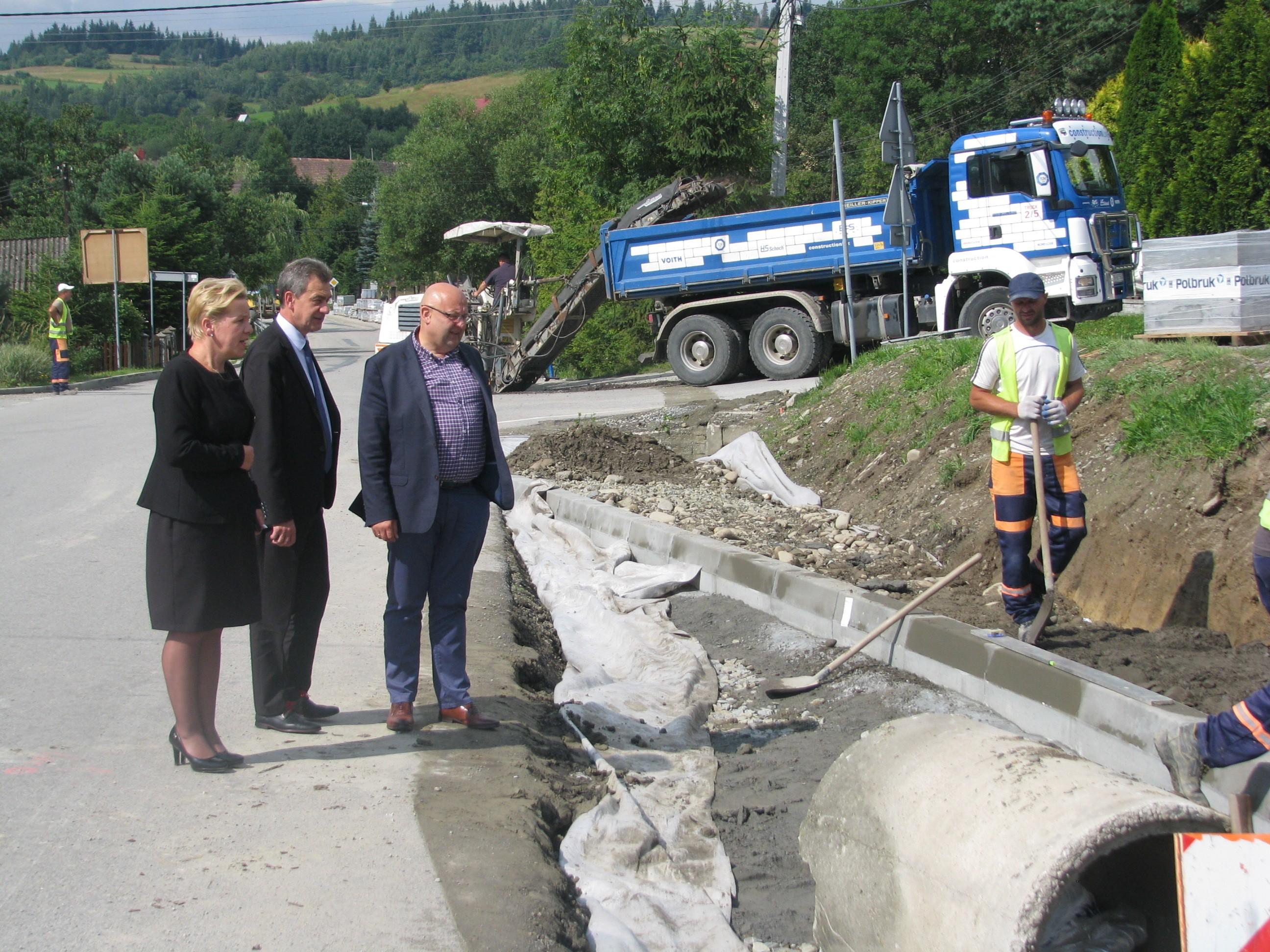 wizytacja robót przy drodze w Zalesiu