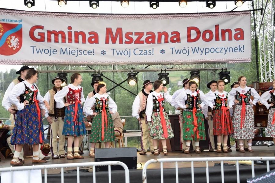 Zdjęcie z zagórzańskiego lata w mszanie dolnej- występ na scenie zespołu regionalnego