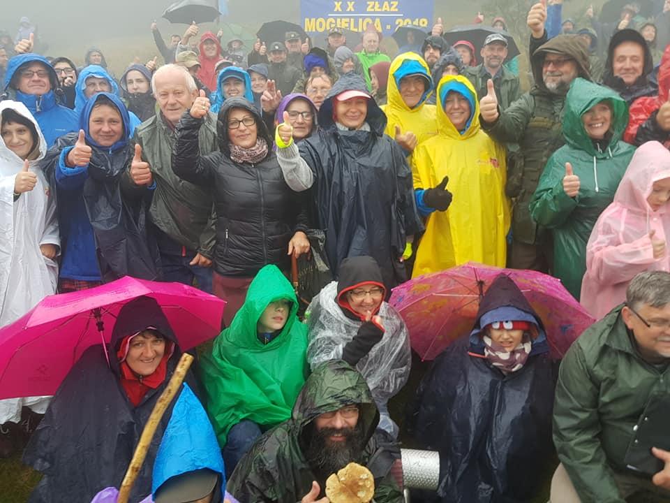 Uczestnicy na najwyższym szczycie Beskidu - mogielicy podczas akcji Odkryj Beskid Wyspowy 2018