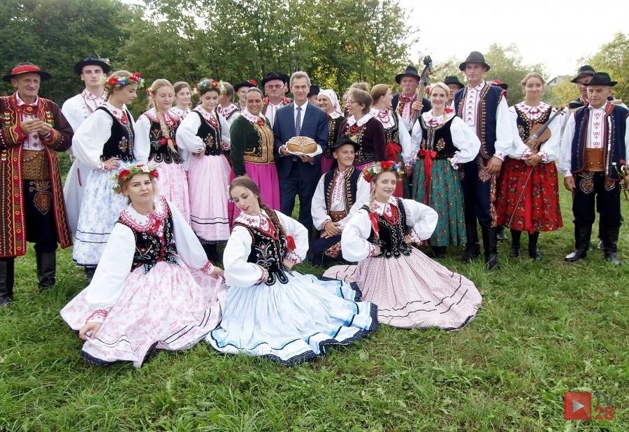 Zespół regionalny na wspólnym zdjęciu z Wicestaostą Mieczysławem Urygą