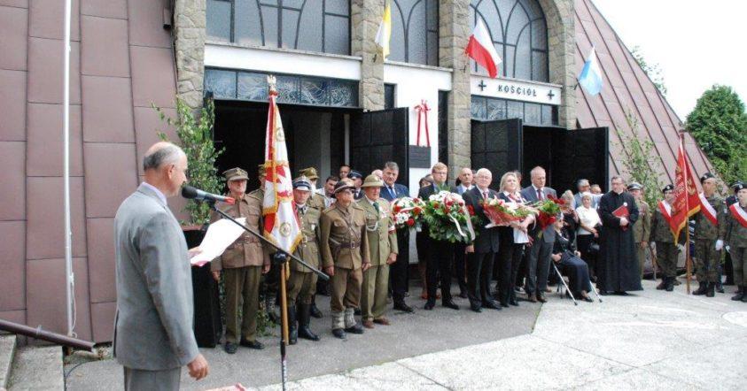 Główne uroczystości patriotyczne pod pomnikeim poległych w Glisnem. Na zdjeciu delegacje władz samorządowych i instytucji z wiązankami.