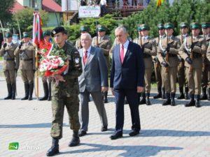 Przedstawiciele Rady Powiatu Limanowskiego podczas składania wiązanki