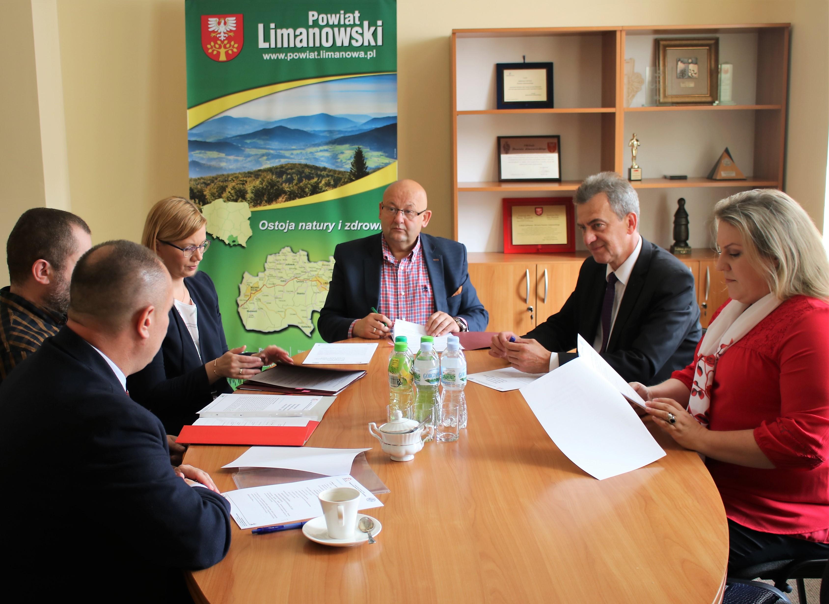 Przedstawiciele Powiatu limanowksiego podczas podpisują umowę na opracowanie strategii dla powiatu limanowskiego