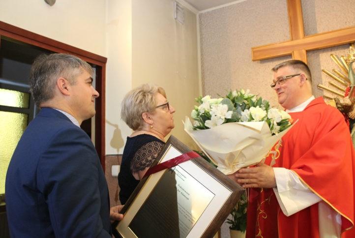 Na zdjęciu Marcin Radzięta Dyrektor Szpitala wraz z Krystyną Maśnicą Pielęgniarką Oddziałową Szpitalnego Oddziału Ratunkowego składają Księdzu Janowi podziękowania, list i kwiaty