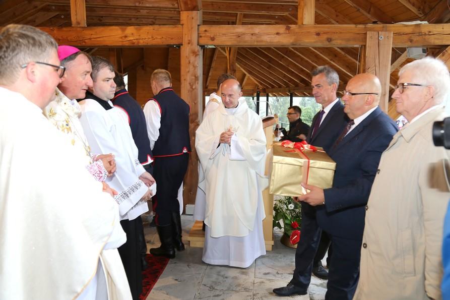Starosta, Przewodniczący Rady oraz Wicestraosta składają życzenia Kustoszowi Sanktuarium w Pasierbcu