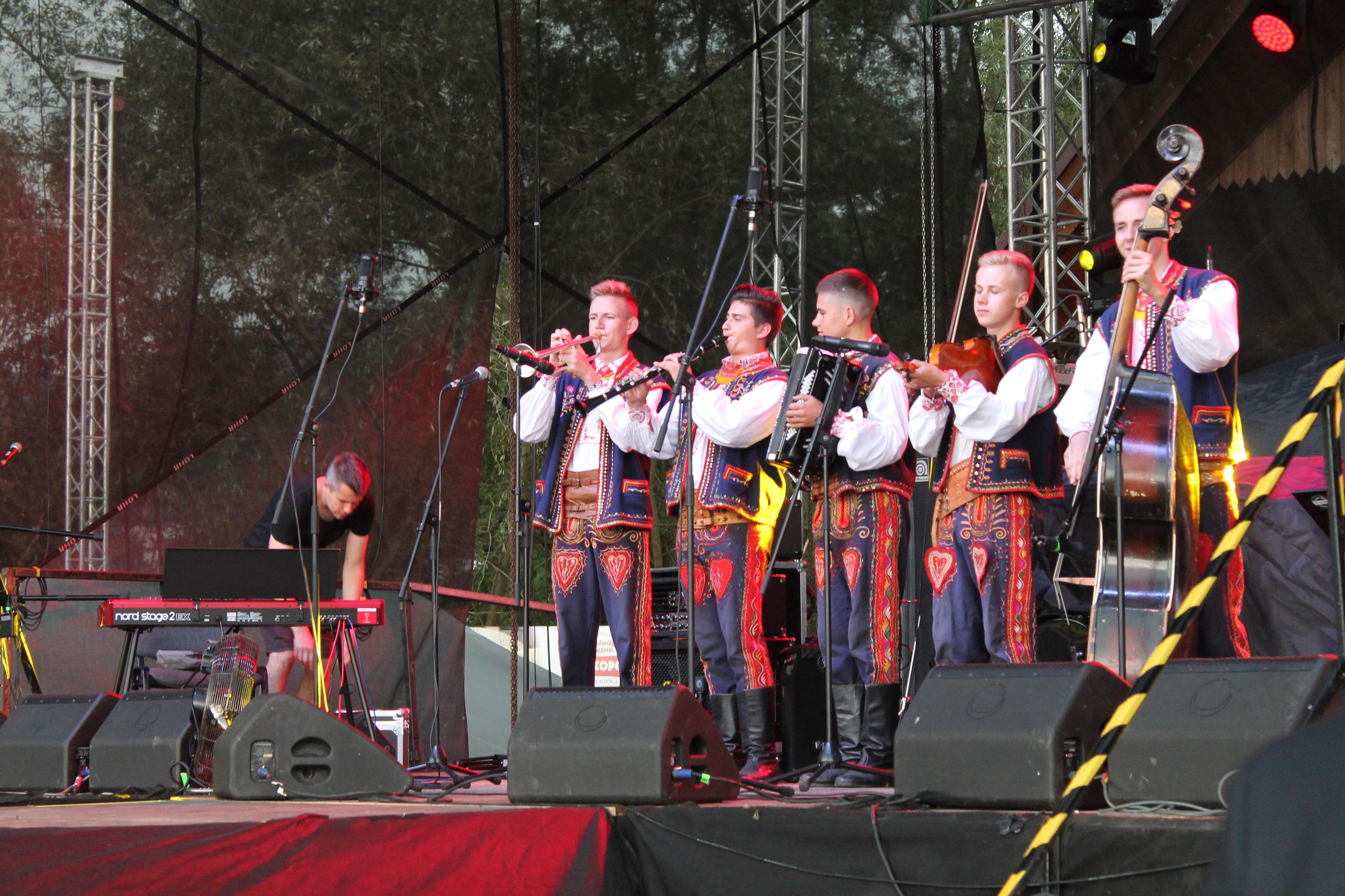 regionalny występ na scenie podczas X Festiwalu Śliwki, Miodu i Sera w Laskowej