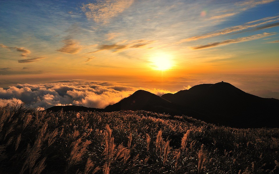 słoneczny widok nad górami
