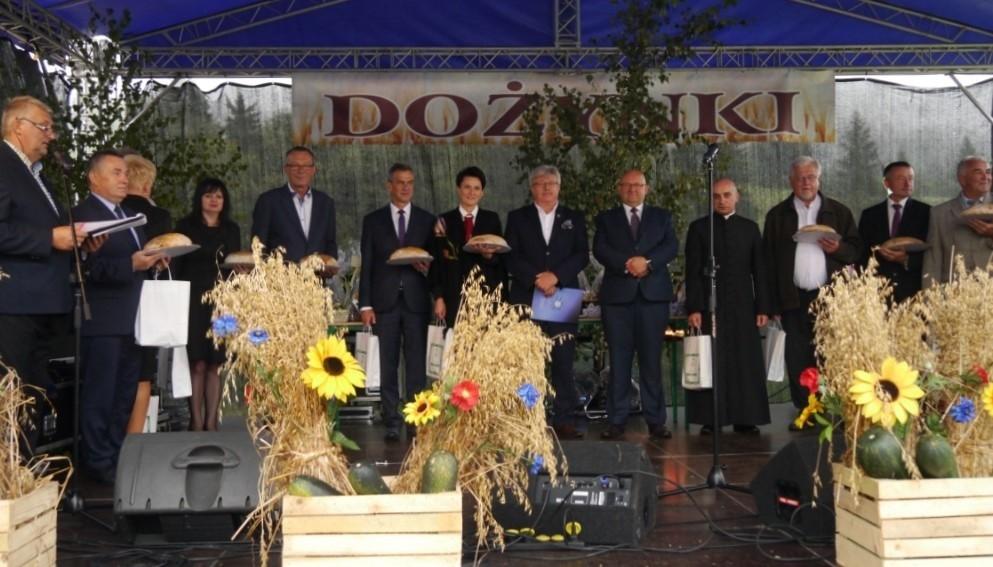 Przedstawiciele władz wojewódzkich, powiatowych oraz gminnych na scenie podczas dożynek w Zalesiu
