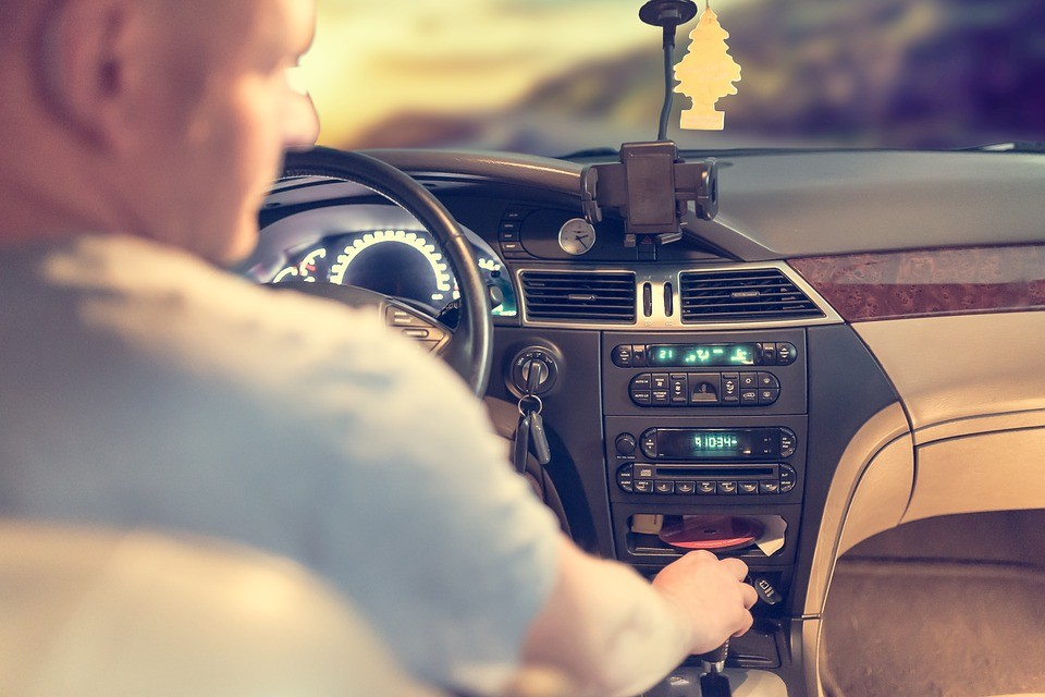 mężczyzna kierujący samochodem