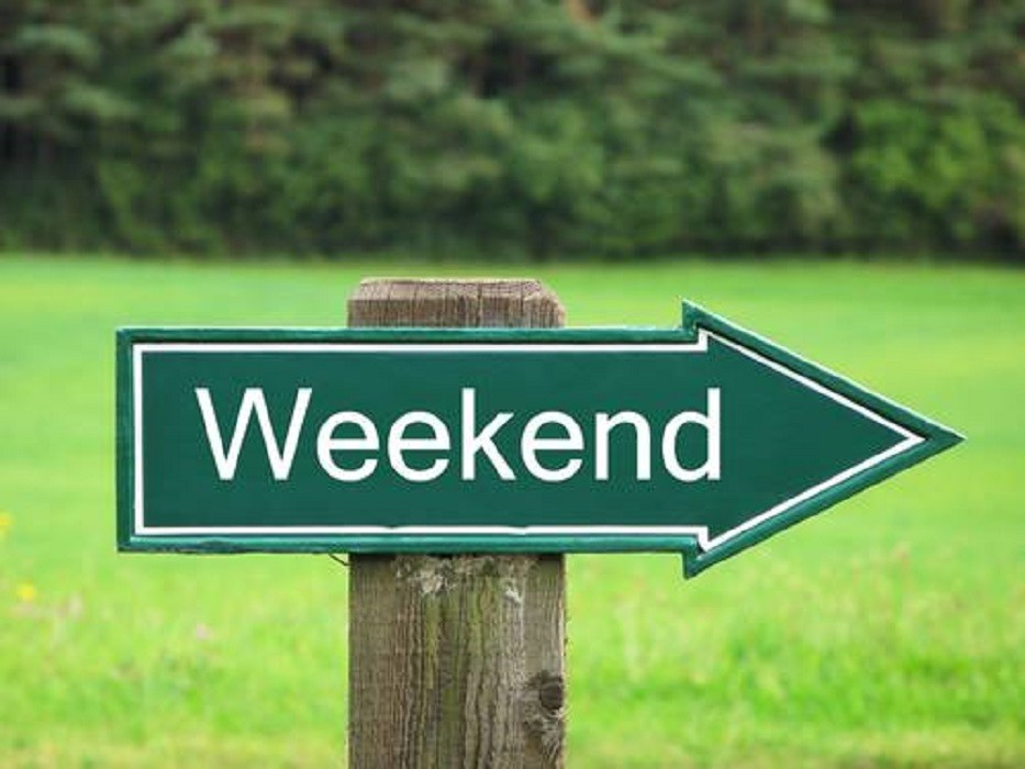 znak z napisem weekend