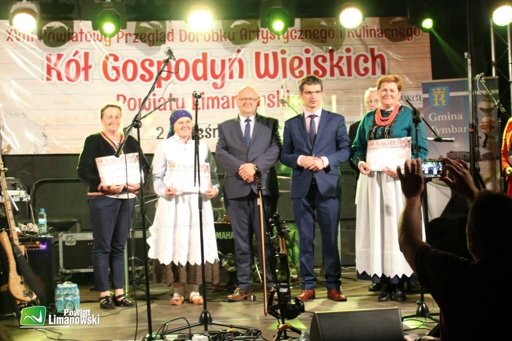 Zwycięzkie koła gospodyń wiejskich odbieraja pierwsze nagrody z rąk starosty i wójta gminy tymbark