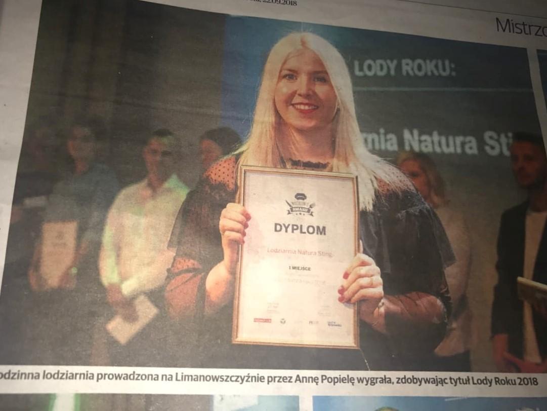 Zdjęcie z gazety krakowskiej - nagrodę odbiera córka pani Agaty Żądło