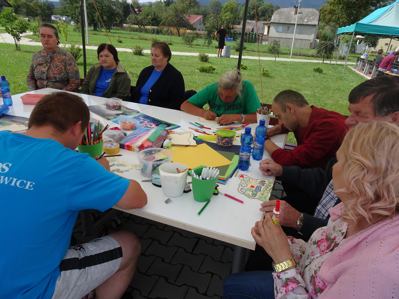 Malowanie obrazków podczas Spartakiady Sportowej w DPS Szczyrzyc