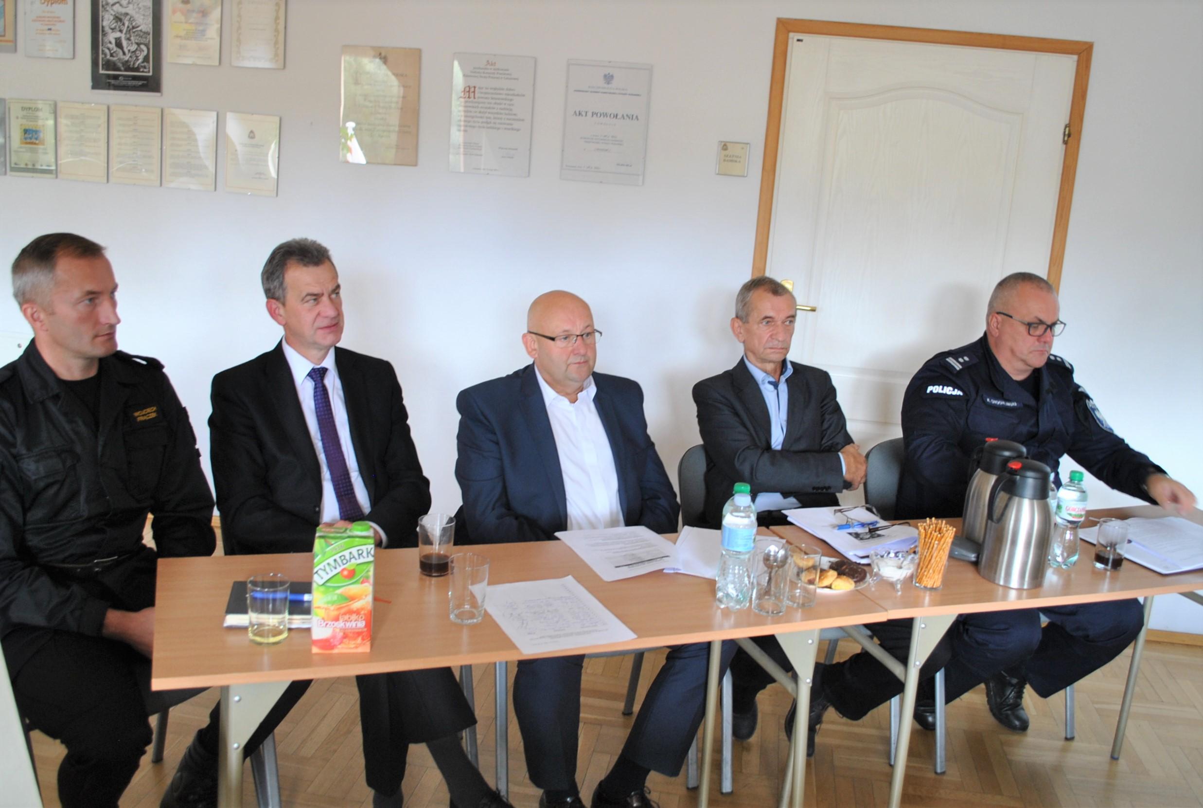 W posiedzeniu wzięli udział członkowie: Powiatowego Zespołu Zarządzania Kryzysowego, Komisji Bezpieczeństwa i Porządku Powiatu Limanowskiego, Komisji Bezpieczeństwa Obywateli oraz zaproszeni goście.