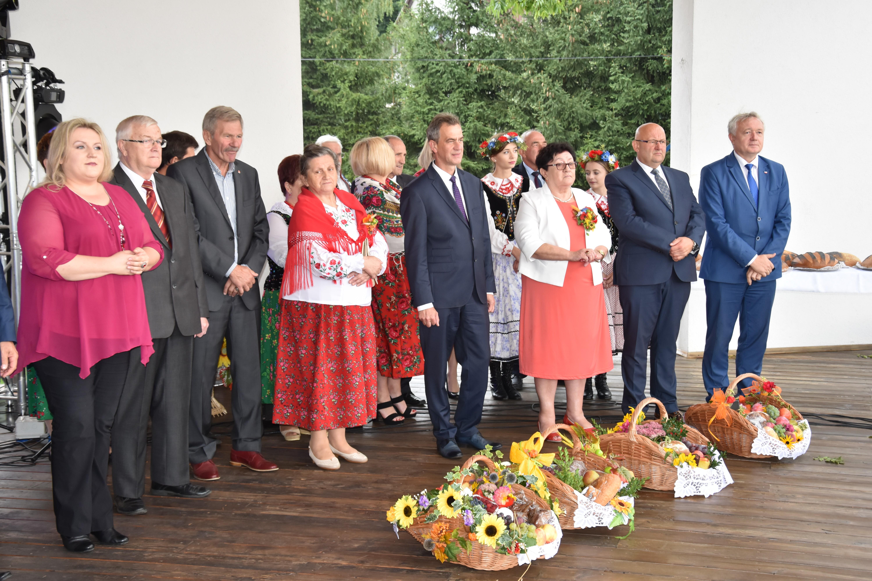 Włodarze powiatu i gminy łukowica odebrali kosze podczas owocobrania w Łukowicy