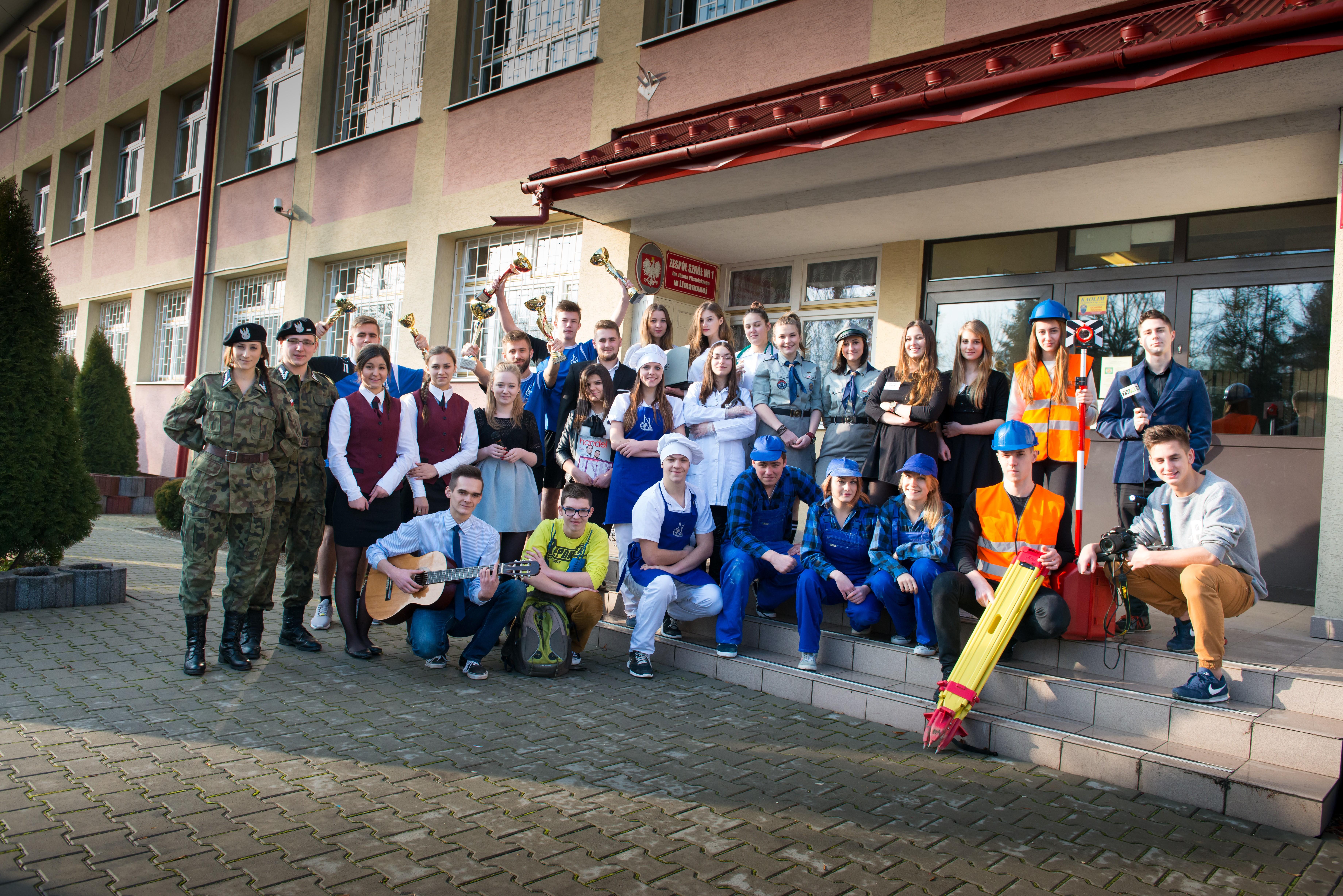 Wspólne zdjęcie uczniów przed budynkiem Zespółu Szkół nr 1 w Limanowej