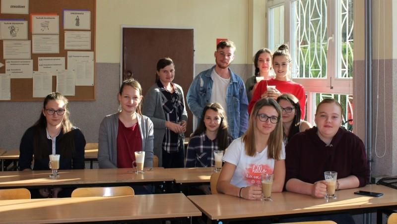 dziesięcioro uczniów z klasy IIG i IIIG2, którzy brali udział w kursie baristycznym