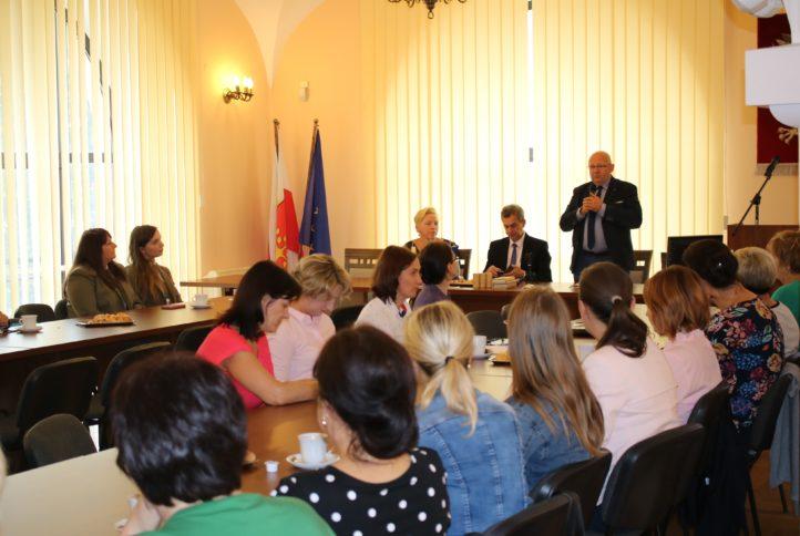 Nauczyciele biologii, przyrody i geografii ze szkół Powiatu Limanowskiego wzięli udział w konferencji edukacyjnej organizowanej przez Powiat Limanowski