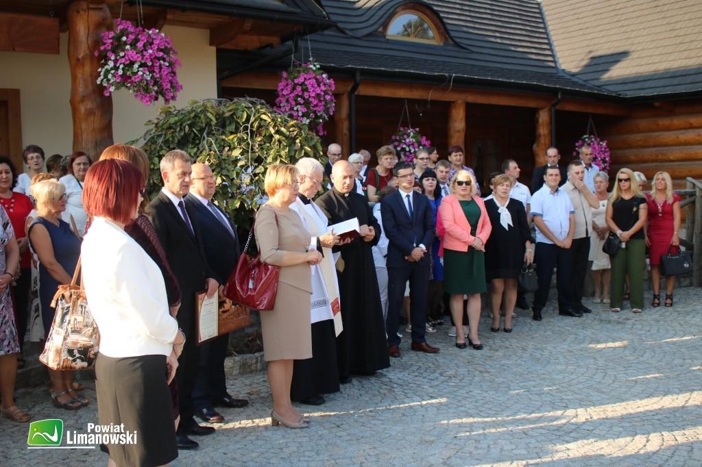 Zaproszeni goście przed restauracją