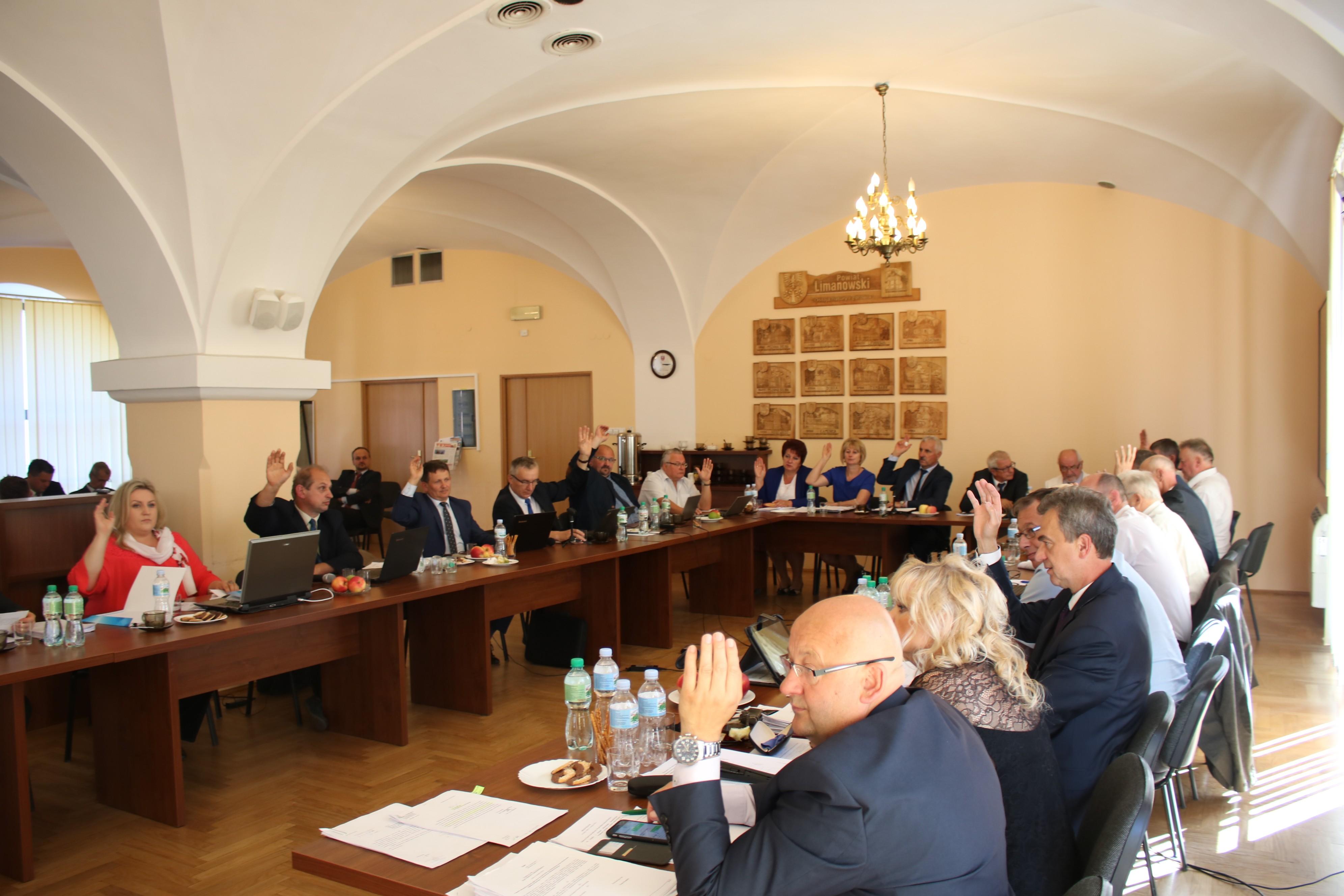 Rada i Zarząd Powiatu Limanowskiego podczas sesji