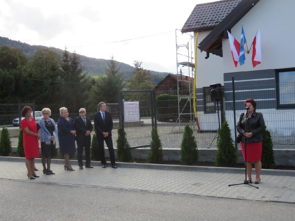 RAdna Powiatu Limanowksiego przemawia podczas odsłonięcia tablicy pamiątkowej w Ujanowicach