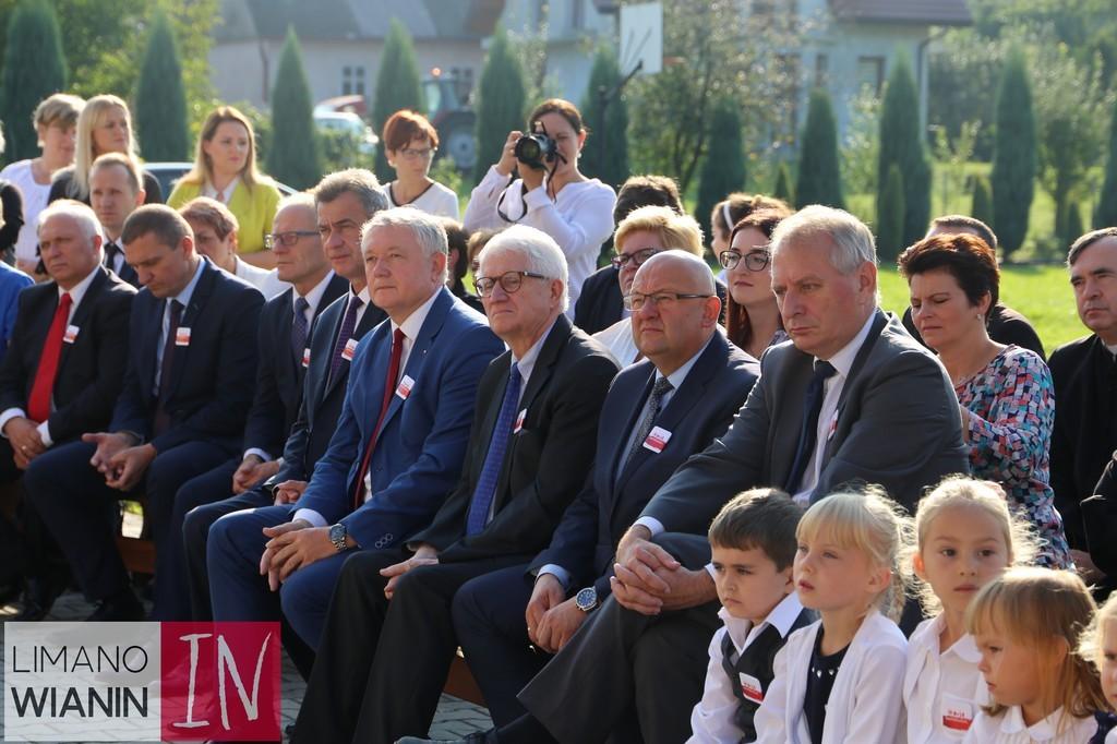 Przedstawiciele władz powiatu podczas inauguracji roku szkolnego w stróży