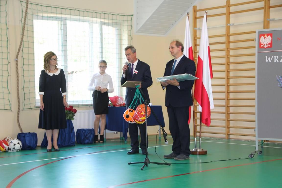 wicestraosta wręcza piłki i list z okazji otwarcia nowej części budynku w siekierczynie
