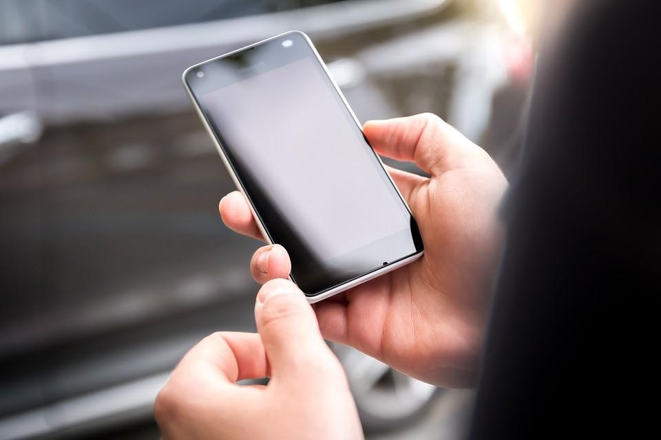 używanie telefonu komórkowego podczas jazdy samochodem