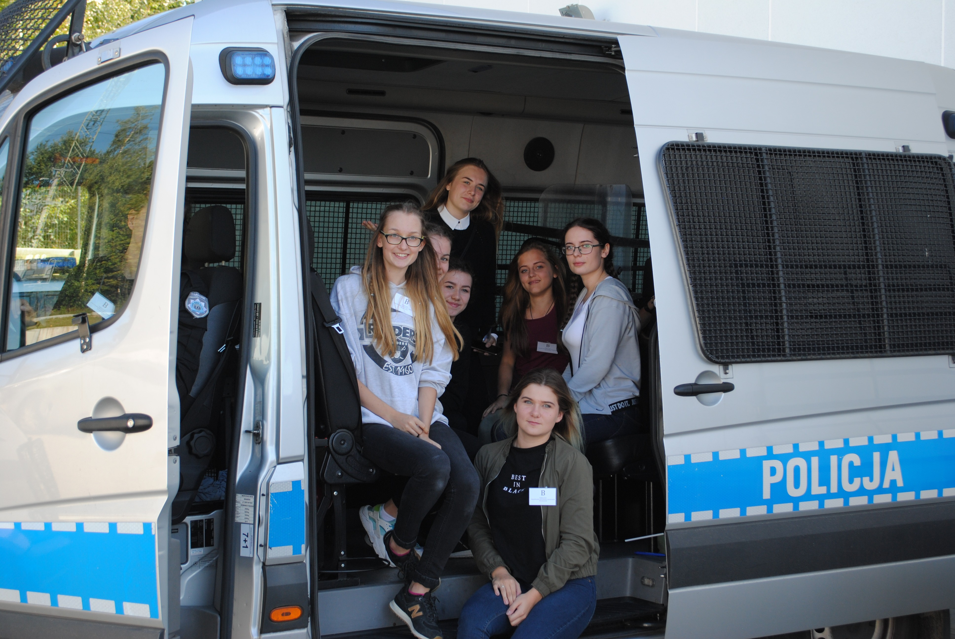 Uczennice w samochodzie policyjnym