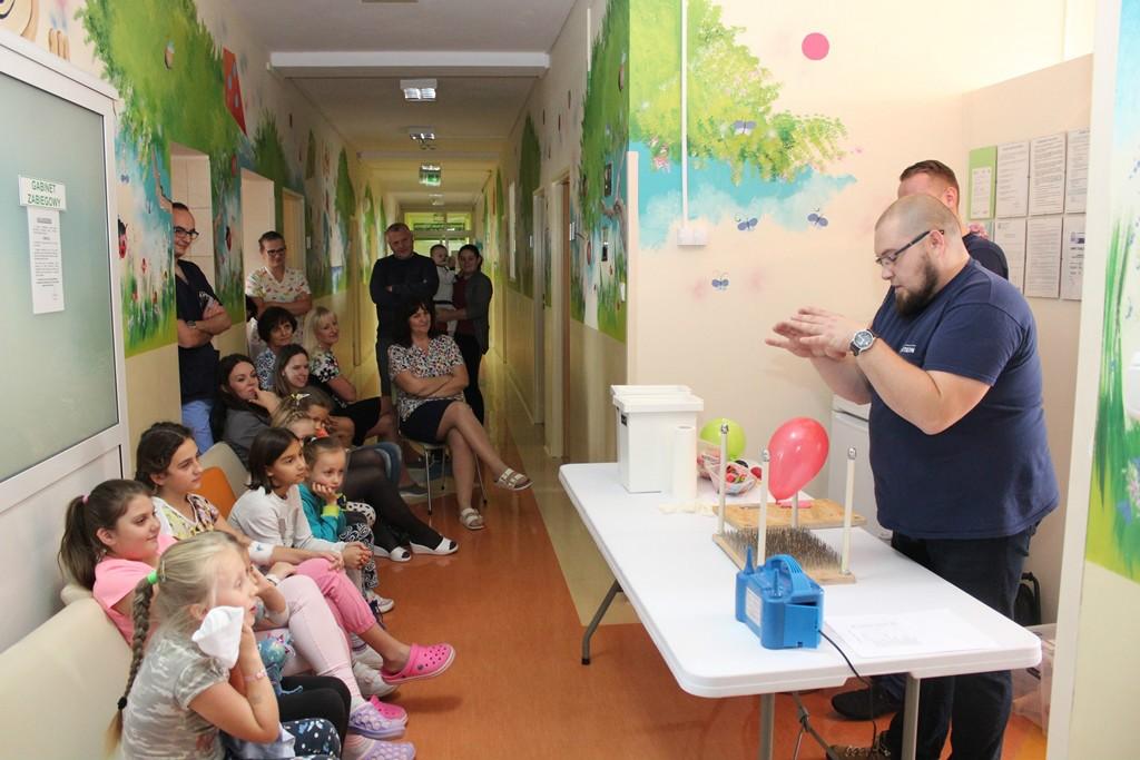 Animatorzy z Małopolskiego Centrum Nauki COGITEON prezentowali dzieciom przebywającym na Oddziale Chorób Dzieci naszego Szpitala szereg doświadczeń z powietrzem