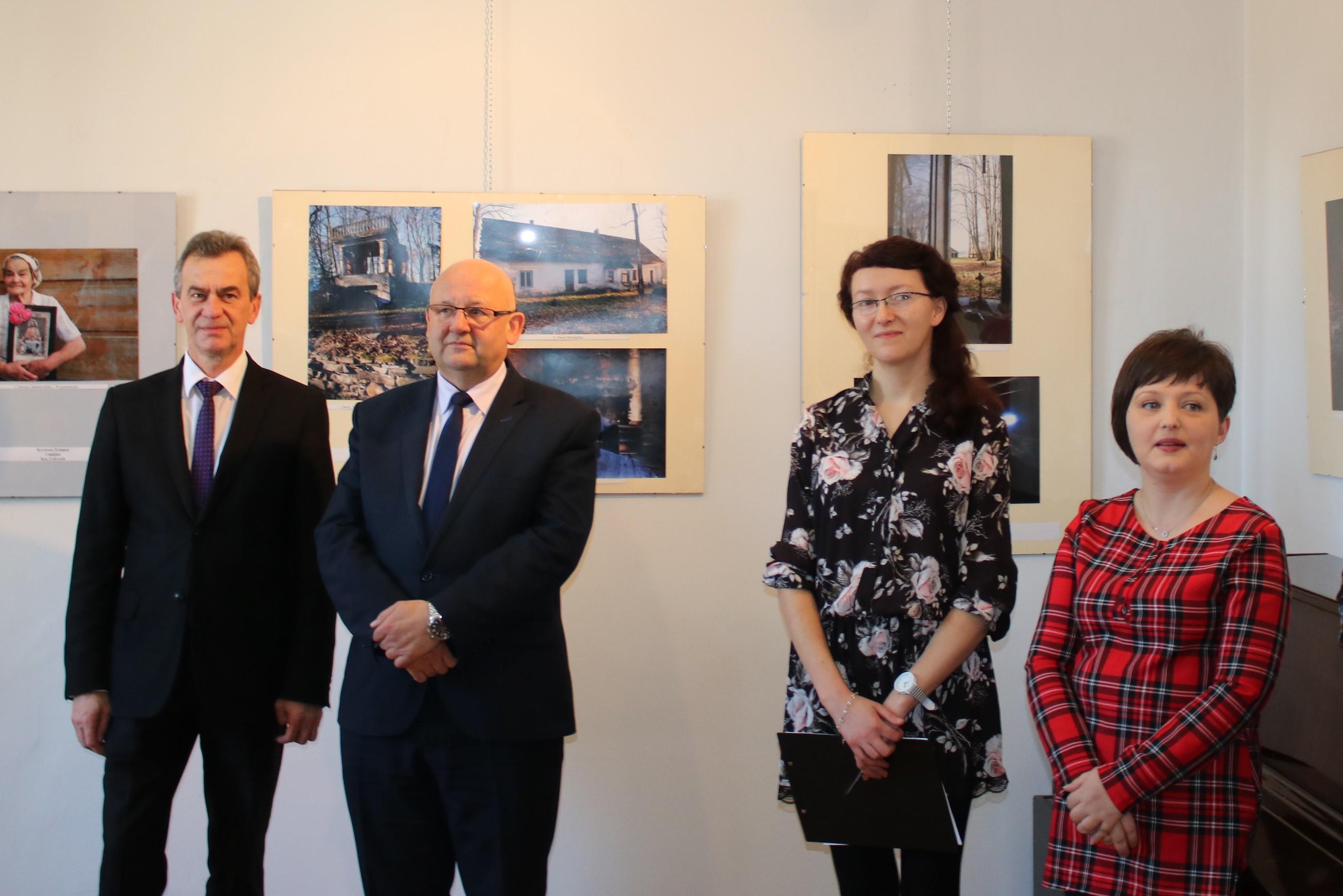Rozdanie nagród w konkursie fotograficznym na zdjeciu: Starosta Limanowski, Wicestraosta Limanowksi oraz Dyrektor Bliblioteki