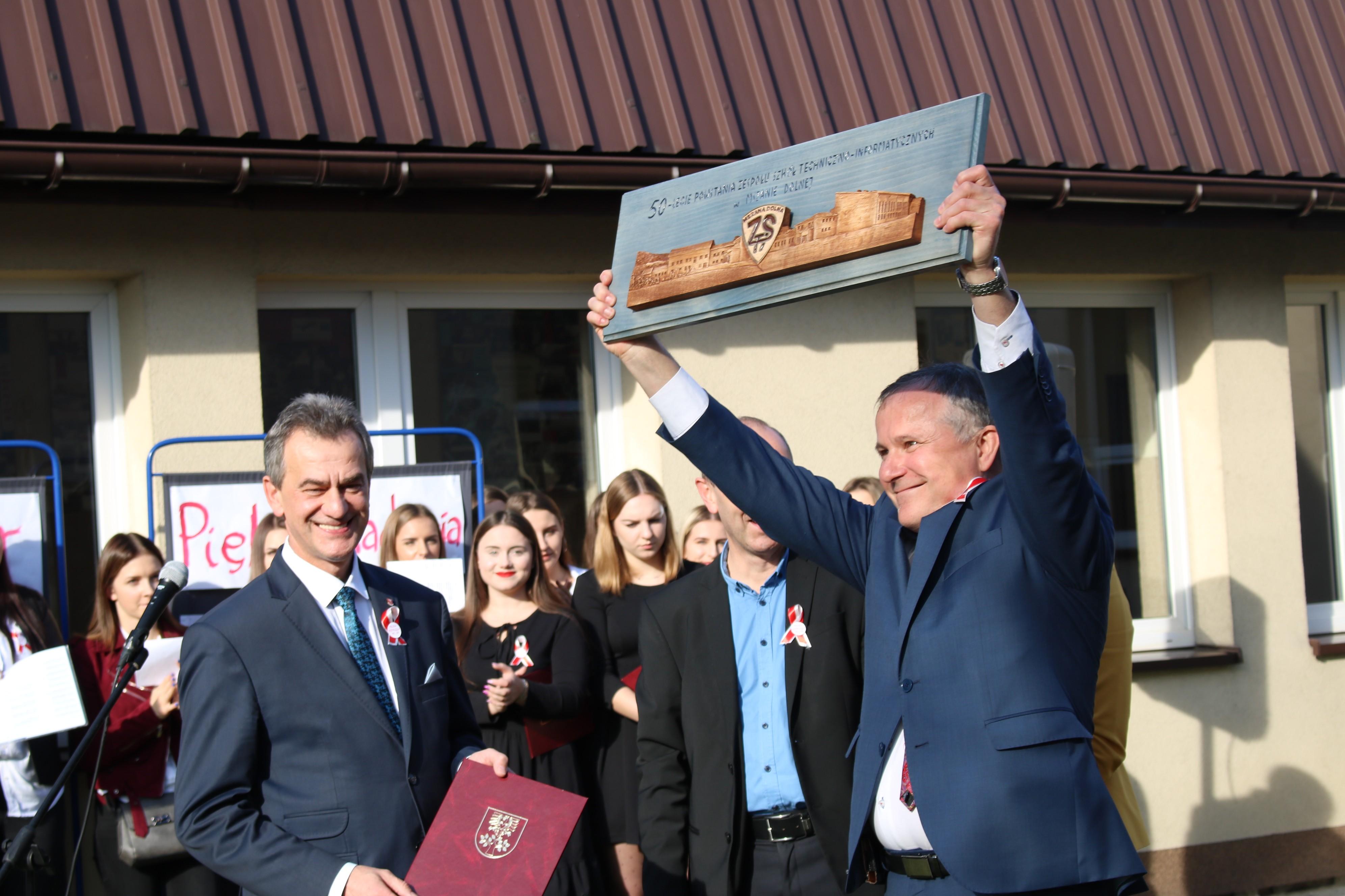 Na zdjęciu: Wicestarosta Mieczysław Uryga przekazuje rzeźbę na ręce Dyrektora ZSTI