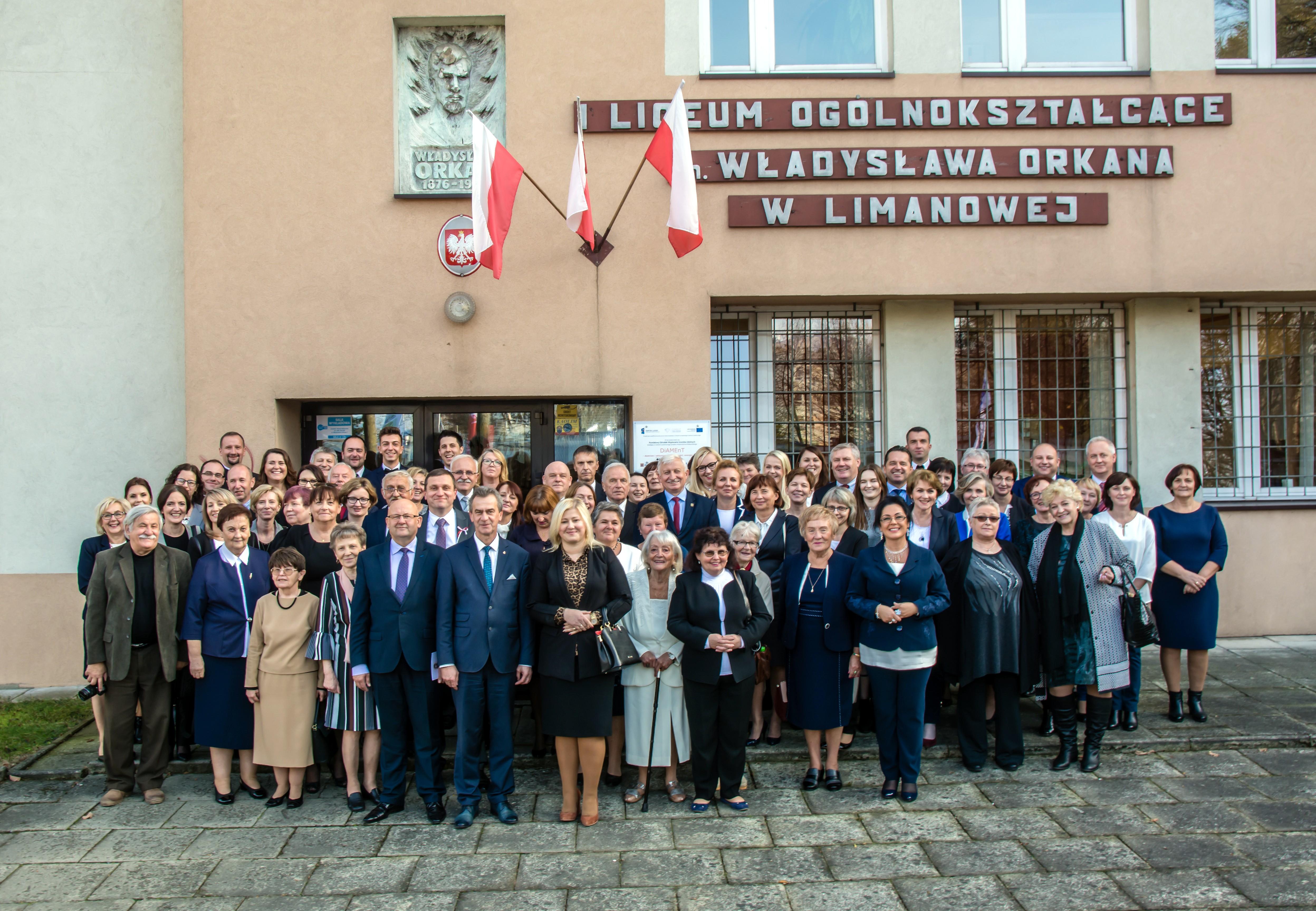 Uczestnicy uroczystości w I LO Limanowa. Zdjęciu zrobione przed budynkiem szkoły
