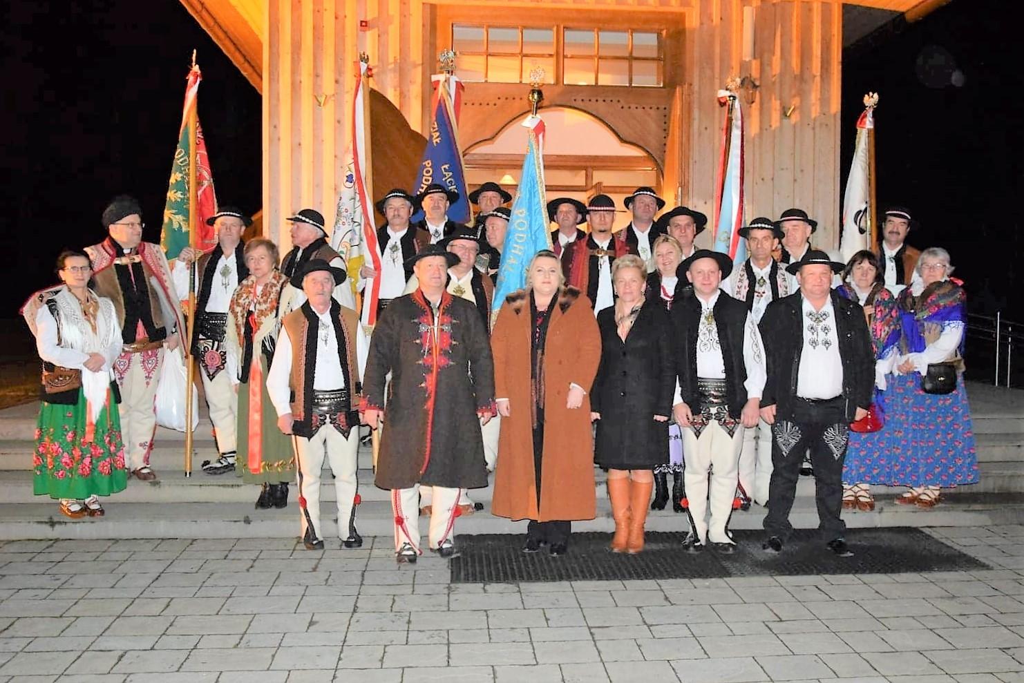 Delegacje Związków Podhalańskich,a atakze przedstawiciele Powiatu Limanowskiego Wicestarosta I Przewodnicząca Rady na wspólnym zdjęciu przed kościołem w Lubomierzu
