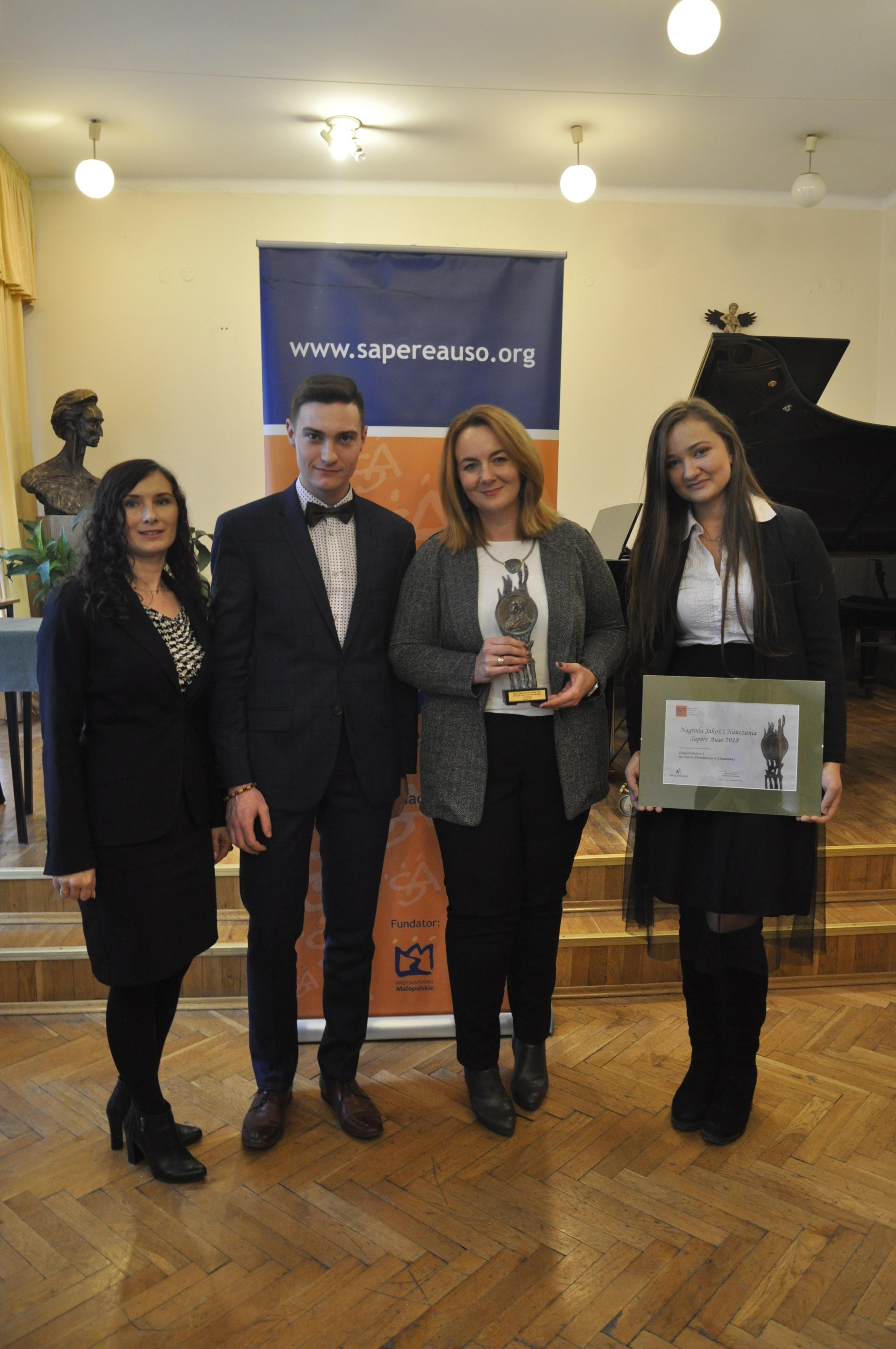 Dyrektor Szkoły Joanna Rudek wraz z uczniami i otrzymaną nagrodą